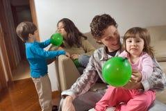 Famiglia di gioco con gli aerostati Fotografie Stock