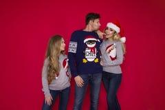 Famiglia di Natale! Mamma felice, papà e piccola figlia sul riposarsi dei cappelli di Santa Claus Abbracci di amore di Enjoyng, l immagine stock libera da diritti