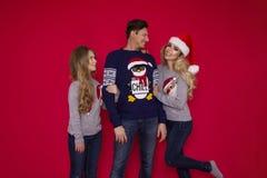 Famiglia di Natale! Mamma felice, papà e piccola figlia sul riposarsi dei cappelli di Santa Claus Abbracci di amore di Enjoyng, l fotografia stock libera da diritti
