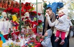 Famiglia di quattro al mercato di Natale fotografia stock