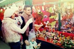 Famiglia di quattro al mercato di Natale Fotografia Stock Libera da Diritti