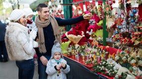 Famiglia di quattro al mercato di Natale Immagine Stock Libera da Diritti