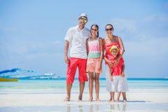 Famiglia di quattro divertendosi alla spiaggia Fotografia Stock Libera da Diritti