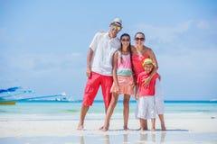 Famiglia di quattro divertendosi alla spiaggia Fotografie Stock
