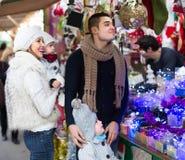 Famiglia di quattro felice al mercato di Natale Fotografie Stock