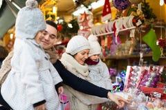 Famiglia di quattro felice al mercato di Natale Immagini Stock