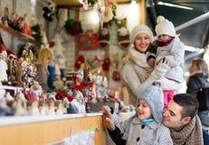 Famiglia di quattro felice al mercato di Natale Immagine Stock Libera da Diritti