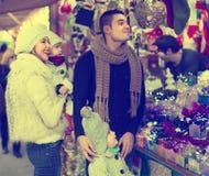Famiglia di quattro felice al mercato di Natale Immagine Stock
