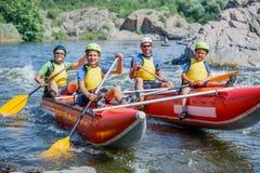 Famiglia di quattro felice sul catamarano Immagine Stock Libera da Diritti