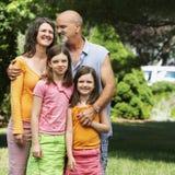 Famiglia di quattro in iarda Fotografia Stock Libera da Diritti