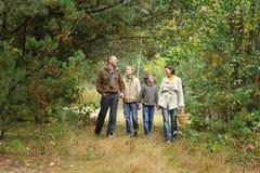 Famiglia di quattro in sosta Immagine Stock Libera da Diritti