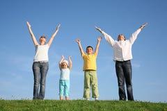 Famiglia di quattro su erba Immagine Stock