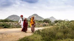 Famiglia di Rajasthani con i precedenti delle colline Fotografie Stock Libere da Diritti
