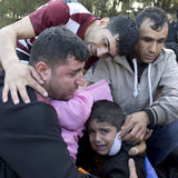 Famiglia di rifugiato emozionale Lesvos Grecia fotografie stock