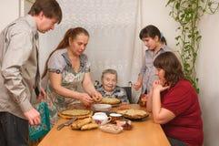 Famiglia dietro una tabella pranzante. Fotografia Stock Libera da Diritti