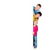 Famiglia dietro uno spazio in bianco Fotografie Stock Libere da Diritti