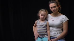 Famiglia disfunzionale e pedofilia, madre che tiene sua figlia battuta archivi video