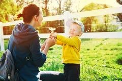 Famiglia divertendosi all'aperto alla primavera Fotografie Stock