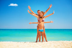 Famiglia divertendosi alla spiaggia Fotografia Stock Libera da Diritti