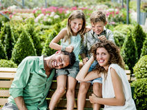 Famiglia divertendosi in una serra Fotografie Stock Libere da Diritti