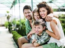 Famiglia divertendosi in una serra Fotografia Stock