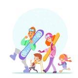 Famiglia divertente che cammina insieme agli snowboard ed allo sci Immagine Stock