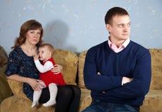 Famiglia dopo il litigio nella casa Immagine Stock