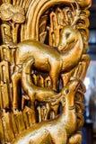 Famiglia dorata dei cervi in tempio cinese fotografie stock