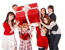 Famiglia e bambini felici con il contenitore di regalo rosso. Immagini Stock