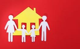 Famiglia e Camera di carta sopra fondo rosso. Concetto. Fotografia Stock