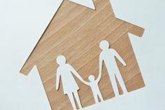 Famiglia e casa di carta fotografia stock libera da diritti