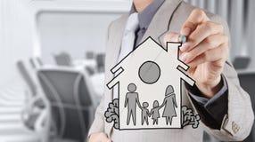 Famiglia e casa di tiraggio della mano come assicurazione Fotografie Stock