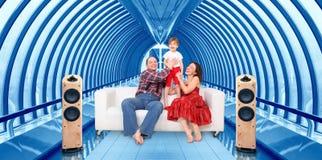 Famiglia e cinematografo domestico nell'interiore del ponticello immagini stock libere da diritti