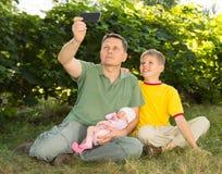 Famiglia e concetto di parenting Famiglia felice che prende selfie con MP immagini stock libere da diritti