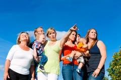 Famiglia e di diverse generazioni Fotografie Stock Libere da Diritti