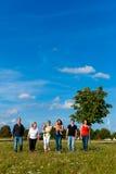 Famiglia e di diverse generazioni - divertimento sul prato di estate Fotografia Stock Libera da Diritti