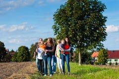Famiglia e di diverse generazioni - divertimento sul prato di estate Fotografia Stock