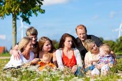 Famiglia e di diverse generazioni - divertimento sul prato nella somma Immagini Stock Libere da Diritti
