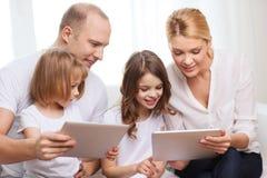 Famiglia e due bambini con i computer del pc della compressa Fotografie Stock Libere da Diritti