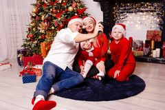 Famiglia e quattro persone fotografate su una retro macchina fotografica per Cristo immagini stock
