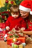 famiglia ed albero di Natale Fotografia Stock Libera da Diritti