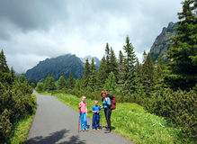 Famiglia ed alta vista di estate di Tatras (Slovacchia). Fotografia Stock