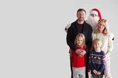 Famiglia ed il Babbo Natale Fotografia Stock Libera da Diritti