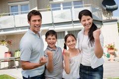 Famiglia emozionante che celebra successo Fotografie Stock