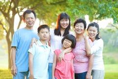 Famiglia esterna con il grande sorriso Fotografia Stock