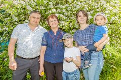 Famiglia famHappy felice che spende tempo all'aperto un giorno di estate soleggiato mamma, papà, nonna e due ragazzi immagini stock libere da diritti