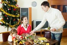 Famiglia felice al Natale tempo o alla vacanza invernale immagine stock libera da diritti