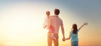 Famiglia felice al tramonto fotografie stock