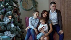 Famiglia felice all'albero del nuovo anno video d archivio
