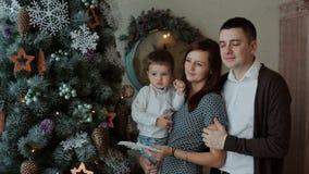 Famiglia felice all'albero del nuovo anno archivi video